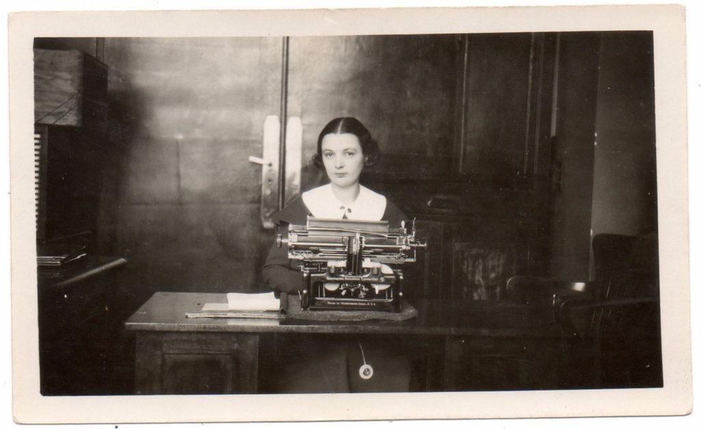 Secretaresse achter typemachine